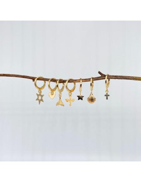 Pendientes de aro chapados en oro con charms distintos
